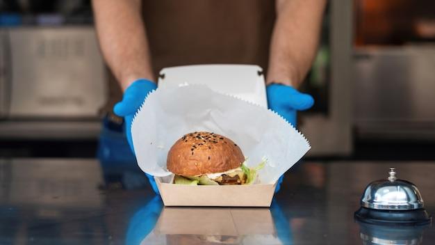 음식 트럭, 완성 된 주문을 보여주는 요리사, 가방 속의 햄버거