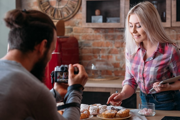 음식 동영상 블로그. 요리 팟 캐스트 촬영. 신선한 케이크와 파이를 가진 카메라 기록 여자와 남자. 프리미엄 사진