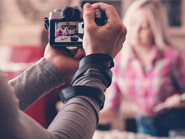 음식 동영상 블로그. 요리 팟 캐스트 촬영. 신선한 케이크와 파이를 가진 카메라 기록 여자와 남자.