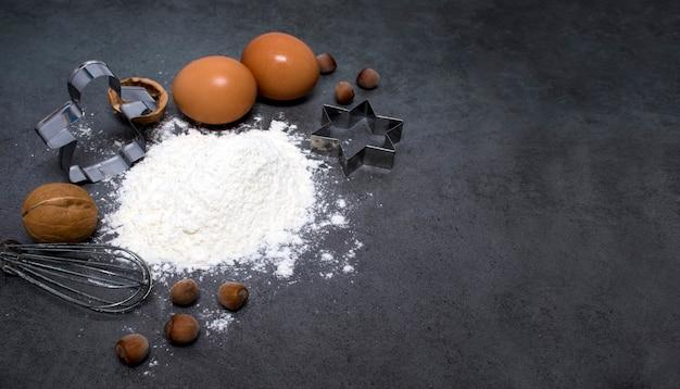 Еда с местом для яиц, муки, орехов, венчика и форм для выпечки
