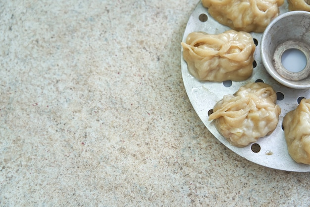 蒸し器で蒸したfood子のようなウズベキスタン国立食品マンタ。フリーテキストスペース。コピースペース