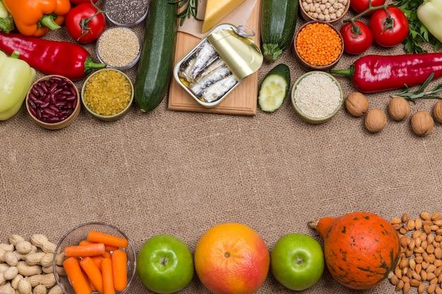 지방산 야채, 치즈, 정어리, 생선, 견과류 및 씨앗이 많은 식품.