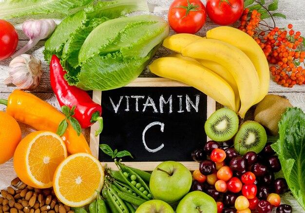 木の板にビタミンcが豊富な食品。健康的な食事。フラットレイ