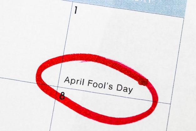 «день дурака» - это текст в календаре, обведенный красным маркером.