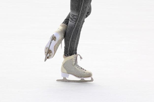 아이스 링크에서 풋 아이스 스케이팅 소녀