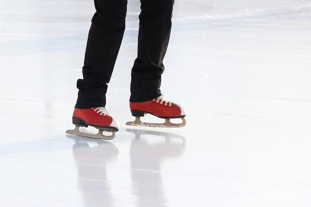 아이스 링크에서 발 아이스 스케이팅 사람