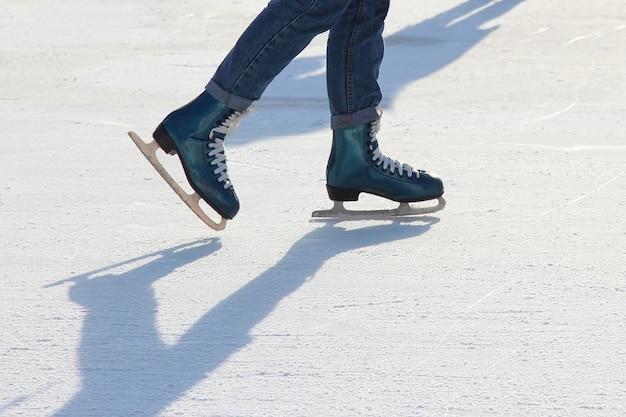 アイススケートリンクの足のアイススケートの人