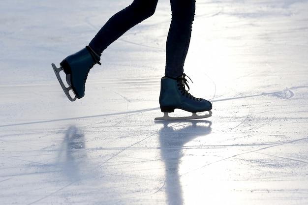 햇빛에 스케이트장에 발 아이스 스케이팅 사람