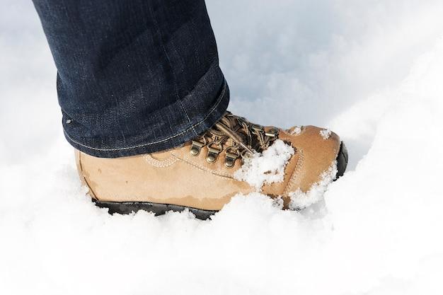雪の中の足