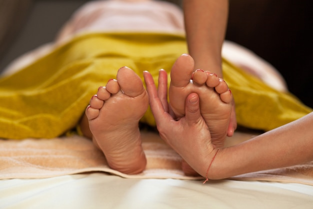 Массаж ног для женщины в спа