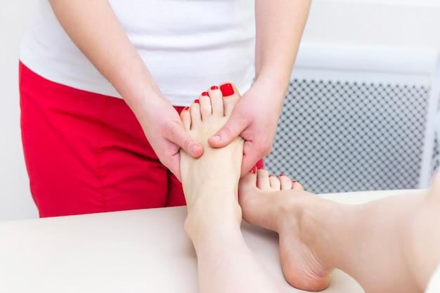 スパサロンで足裏マッサージ。フットマッサージは、スキンケアをリラックスします。治療用ペディキュア。