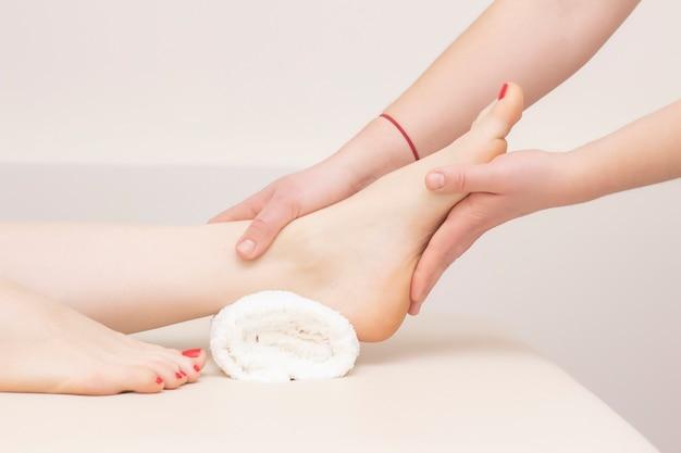 스파 살롱, 근접 촬영에서 발 마사지입니다. 발 마사지는 피부 관리를 이완합니다. 치료 페디큐어.