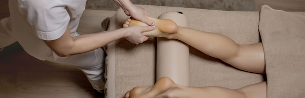 마사지 팔러에서 발 마사지 - 여성의 손은 여성의 발을 마사지 - 아름다움과 건강.