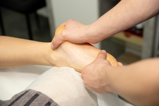 환자의 발 마사지. 의사가 다리의 발, 발 뒤꿈치 및 발가락 마사지를합니다.
