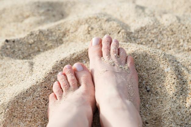 해변 모래에 발.