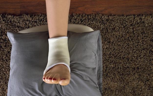 クッションの上に足を乗せる捻挫した足首またはねじれた足首のギプス上面図