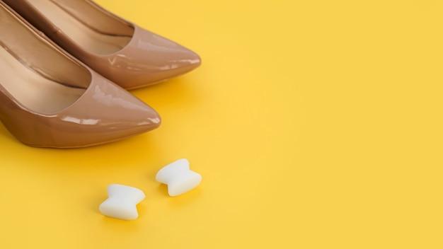 Силиконовый разделитель пальцев стопы и бежевая обувь. вальгус на женских стопах. профилактика и лечение вальгусной деформации большого пальца стопы