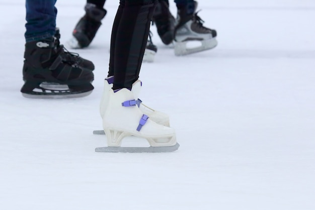 아이스 링크에서 풋 스케이팅 사람들