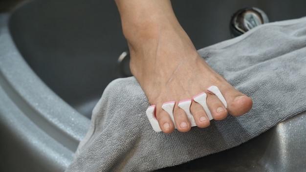 발 스파 여자 맨발 목욕에 들어가는 여성의 발 스파 샵에서 비누 물 기계에서 마사지