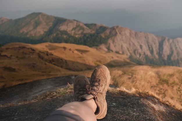 足がはみ出て、光と山の自然になります。夕方になると、太陽が照りつけます。流行に敏感なスタイル。