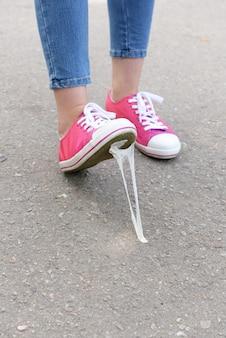 Нога застряла в жевательной резинке на улице
