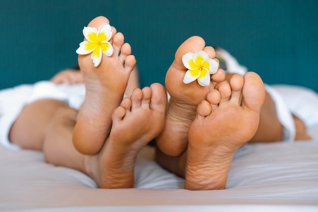 Нога с тропическими цветами в спа