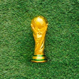 Sfondo di calcio su erba con trofeo
