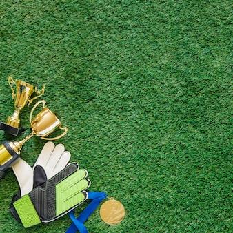 Copyspaceと草の上にサッカーの背景