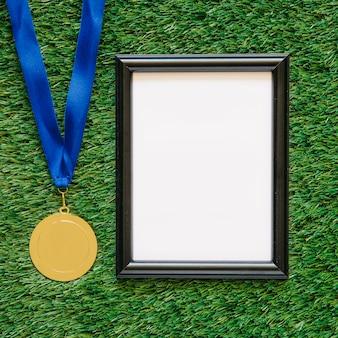 メダルの隣のフレームのサッカーの背景