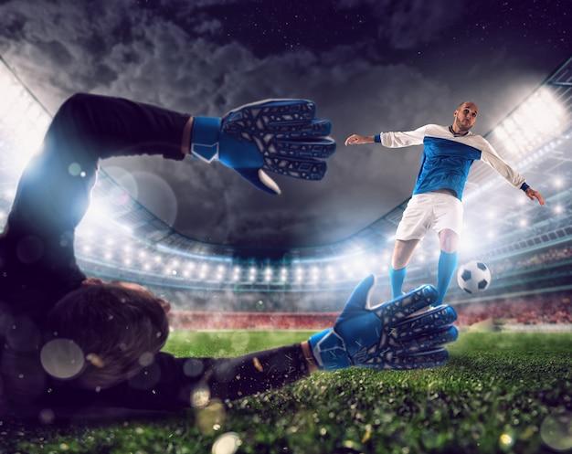 축구는 공을 잡는 골키퍼의 경기장에서 장면을 닫습니다.