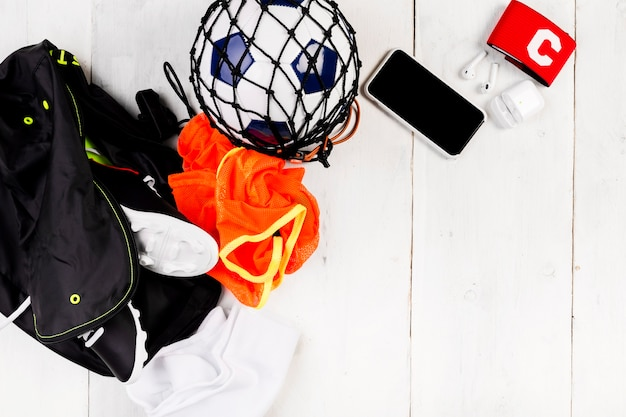Composizione di calcio con palla in rete e borsa