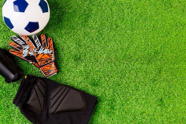 Футбольная композиция с copyspace на траве