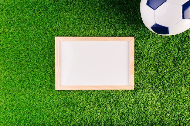 ホワイトボードとボールのサッカーコンポジション