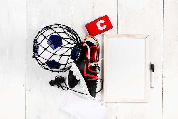 Composizione di calcio con lavagna e palla in rete