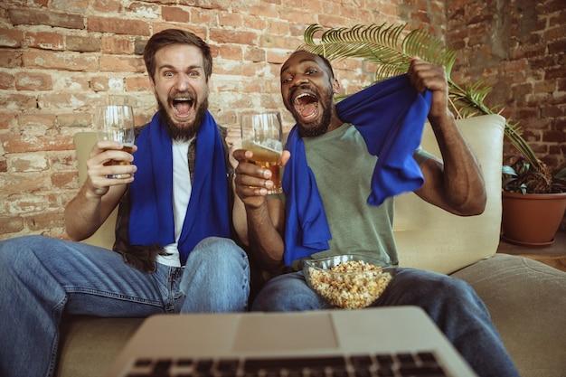 自宅のサッカーファン、スポーツ。ストリームを見る