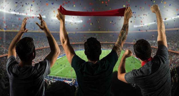 Футбольные болельщики на стадионе с шарфом