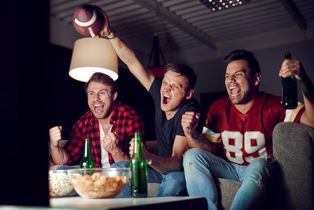 サッカーファンの叫びと身振り
