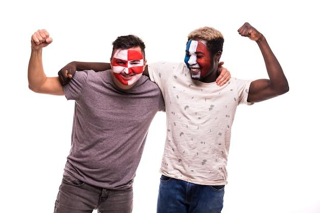 白い背景で隔離フランスとクロアチアの代表チームの塗装面を持つサッカーファンサポーター