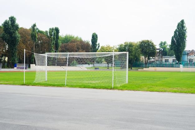 Футбольное поле и футбольные ворота. часть стадиона.