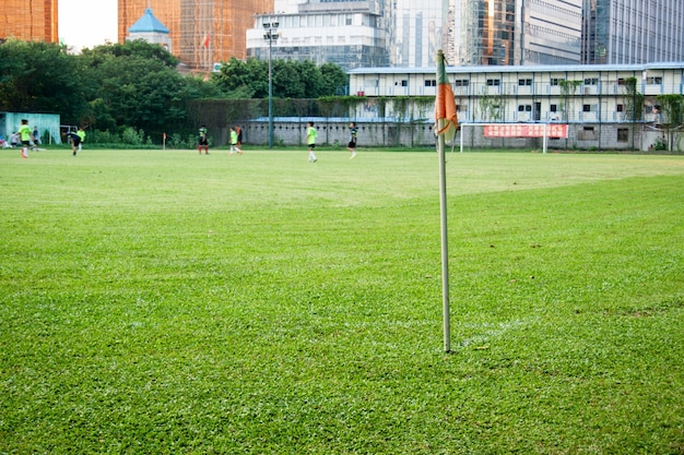 カラフルな旗とサッカー場