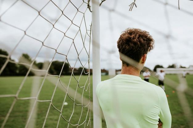 試合の開始を待っているサッカーのゴールキーパー