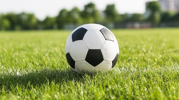 Футбол в зеленой траве
