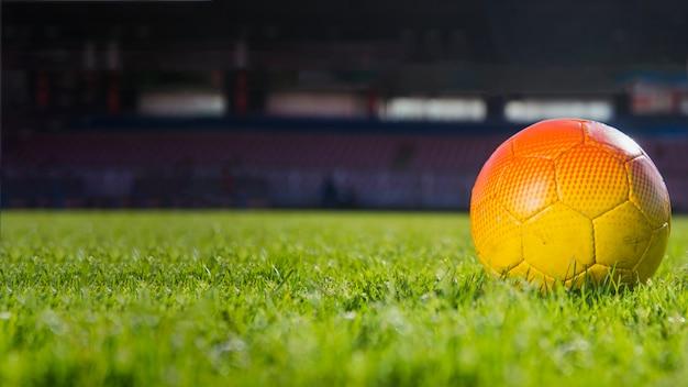 Футбол, лежащий на стадионе