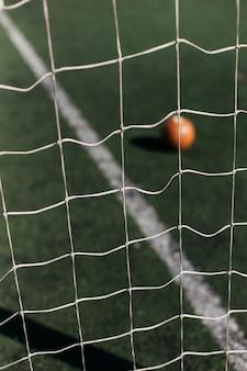 Calcio dietro rete