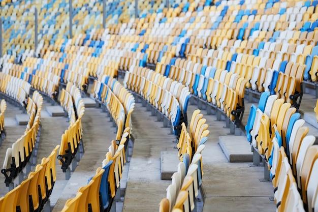 サッカーまたはサッカースタジアムの座席列。サッカースタジアムの椅子