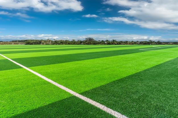 축구 피치와 흐린 하늘. 그린 필드.