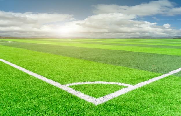 Футбольное поле и облачное небо. зеленое поле.