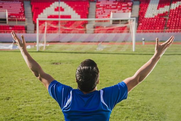 목표를 축 하하는 축구 선수