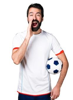 Футболист с криком футбольного мяча