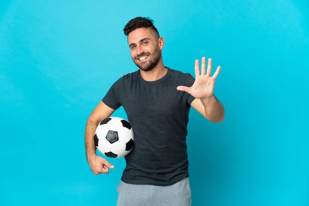 손가락으로 5 세 파란색 배경에 고립 된 축구 선수
